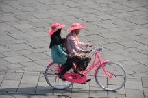 Dues noies a la plaça del centre històric