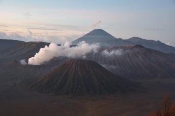 Vistes espectaculars dels volcans (Bromo és el que treu fum)
