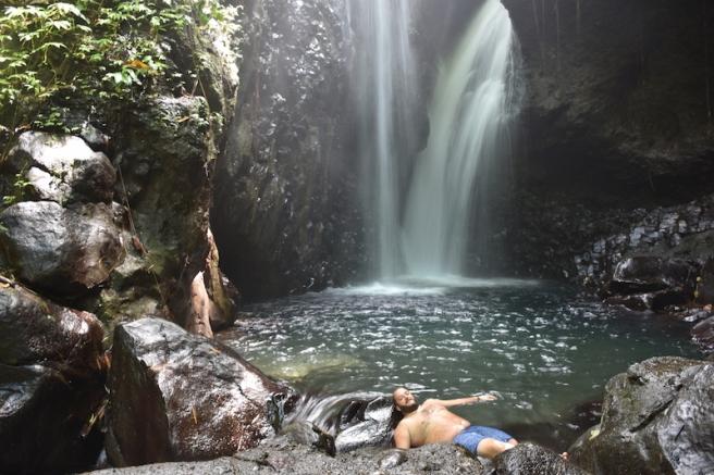 Gaudint com nens a les Gigit waterfalls