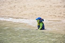 Un nen xinès es banya