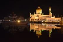 La mesquita Omar Ali Saifuddien de nit