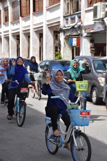 Unes noies passejant amb la bici