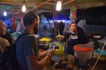 Tastant el menjar al mercat nocturn