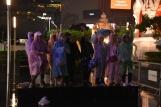 Fans del concert cantant sota la pluja
