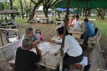 Tailandesoso jugant a jocs de taula al parc