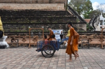 Monjos treballant a Chedi Luang