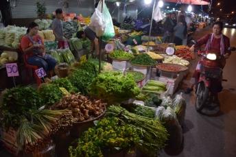 Passejant pel mercat nocturn de fruita i verdura
