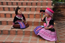 Unes nenes vestides tradicional