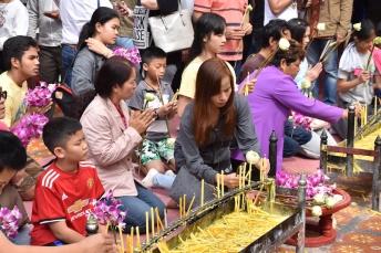Tailandesos pregant dins el temple de Doi Suthep