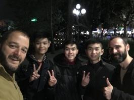 Joves universitaris busquen conversa per practicar anglès