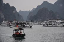 Halong Bay ple de vaixells amb turistes