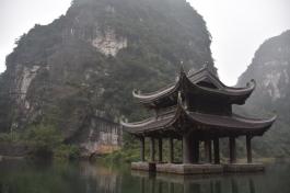 Un temple al mig del riu