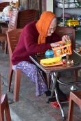 Una vietnamita en un local de menjar