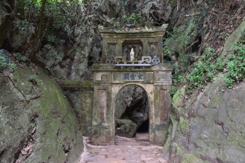 Un dels camins per accedir a un temple a Marble Mountains