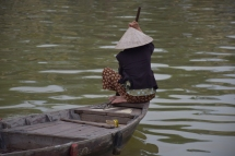 Una vietnamita navegant pel riu de Hoi An