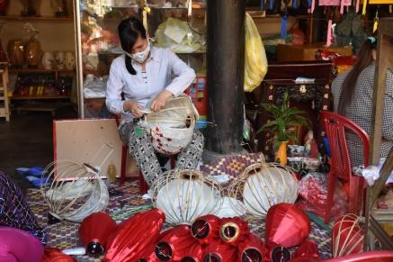 Una vietnamita fa els típics fanalets