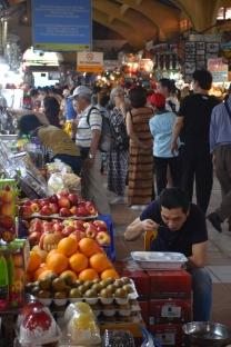 Un home menja al mercat Ben Thanh
