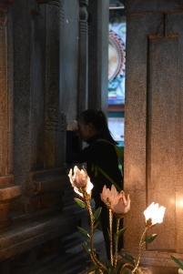 Una noia pregant dins el temple Mariamman