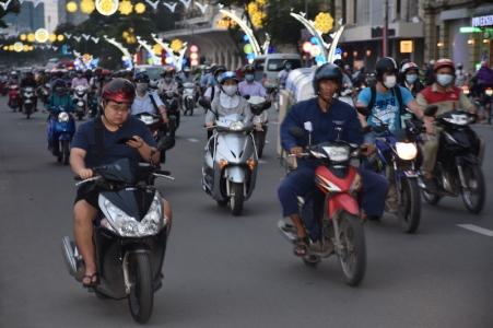 Caos de motos, i alguns mirant el mòbil tota l'estona