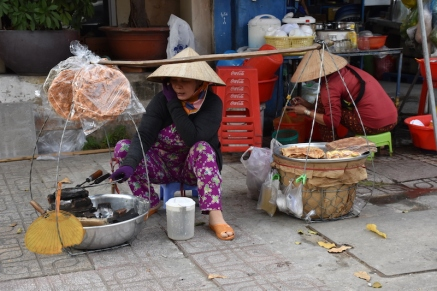 Pel carrer en trobes un munt de vietnamites que carreguen la parada a les seves espatlles