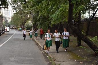 Nens i nenes camí de l'escola