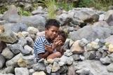 Uns nens juguen a fer cases de pedra