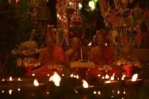 Els monjos budistes reciten mantres durant la celebració del cap d'any