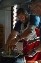 Fregint els fideus del Kao Soi