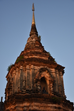 Wat Lok Moli un altre temple amb una torre impressionant