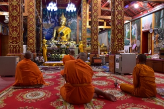 Monjos recitant mantres a un temple