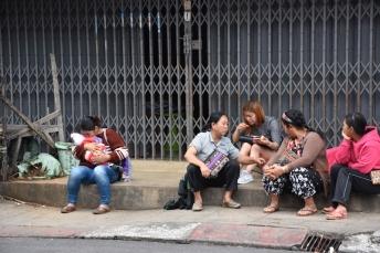La gent fa vida al carrer