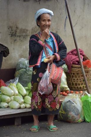 Una dona menja blat de moro