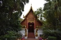 Un temple entremig de la vegetació