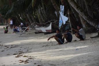 Uns filipins descansen a la platja