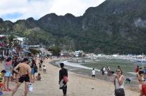La platja principal de El Nido plena de turistes
