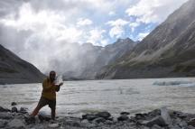 El German agafa un tros de gel del llac al tram final de la Hookey Valley Track