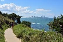 Passejant per la costa veiem Surfers Paradise al fons