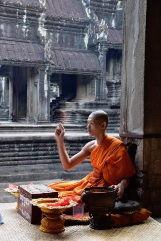 Un monjo dins Angkor Wat