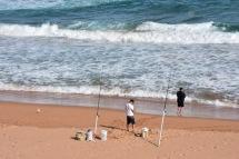 Hi ha gent pescant a totes les platges