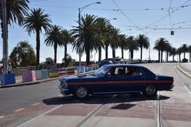Un cotxe travessa les vies del tramvia davant del Luna Park
