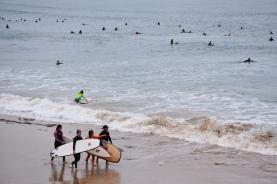 Totes les platges del primer tram són plenes de surfistes