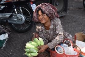 Una dona ven plàtans a Central Market