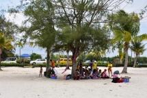 Gent local gaudint d'un pícnic a la zona 1 a Otres Beach