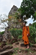 Un monjo passeja per Wat Phnom Banan