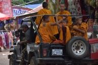 Un jeep porta un grup de monjos a Phnom Sampow Pagoda