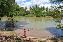 Uns nens es banyen al riu Mekong