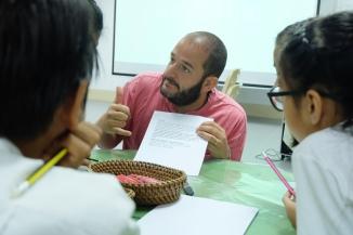 El German ajudant a un grup d'alumnes