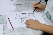 Un dels alumnes dibuixa un elefant
