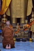 Un monjo pregant a un dels temples