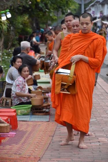 Els fidels esperen la processó de monjos